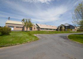 Atelier de production et bureaux de 1300m² proche de l'autoroute A75