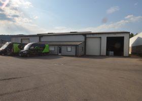 Atelier industriel de 600 m² sur une parcelle de 2000 m² goudronnée en bordure d'autoroute A75