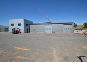 Local professionnel composé de 600 m² d'ateliers, 300 m² de stockage / bureaux et d'une cour goudronnée de 900 m²