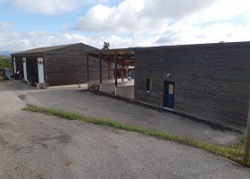 Atelier de 250 m² et logement de 40m² sur une parcelle de 1700m² en bordure d'A75