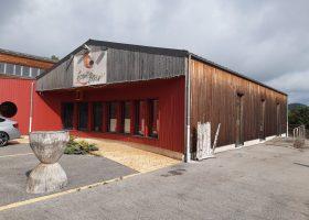 Grand atelier tout équipé de 220 m² sur une parcelle de 1460 m² en bordure d'A75